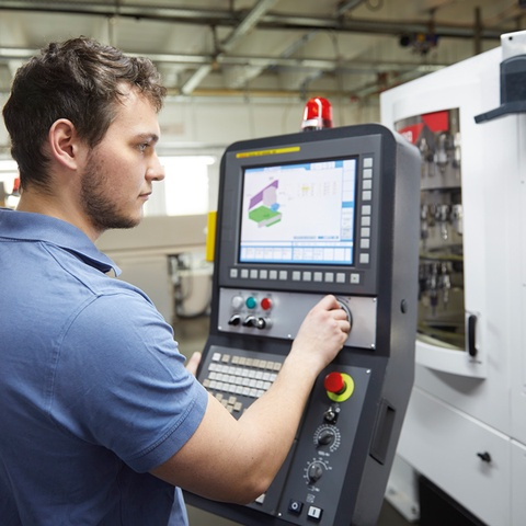 Specialist Julius Graubner programmes the ma- chining of a component on the Fanuc controller.